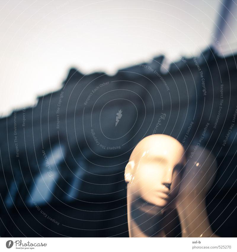 Woanders Lifestyle kaufen Reichtum elegant Stil schön Arbeitsplatz Stadt Gebäude Mauer Wand Fassade Fenster Mode Schaufensterpuppe Glatze dunkel einzigartig
