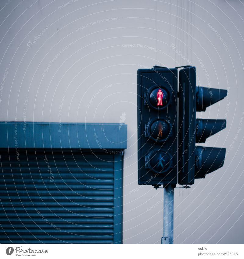 Nicht laufen Arbeitslosigkeit Kleinstadt Stadt Stadtzentrum Menschenleer Gebäude Architektur Mauer Wand Tür Ampel Fensterladen Straße Straßenkreuzung