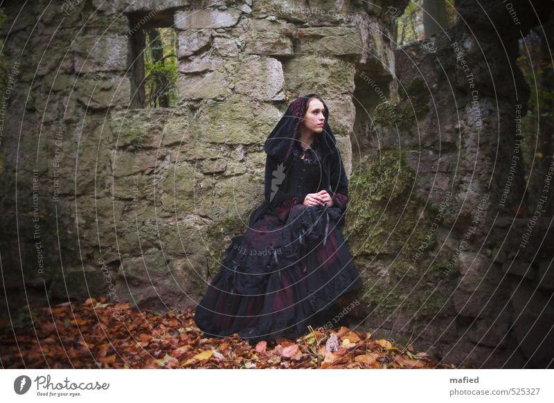 Dark Romantic III Mensch Jugendliche grün rot Junge Frau schwarz Wand Traurigkeit Gefühle feminin Mauer braun Park sitzen warten Wandel & Veränderung