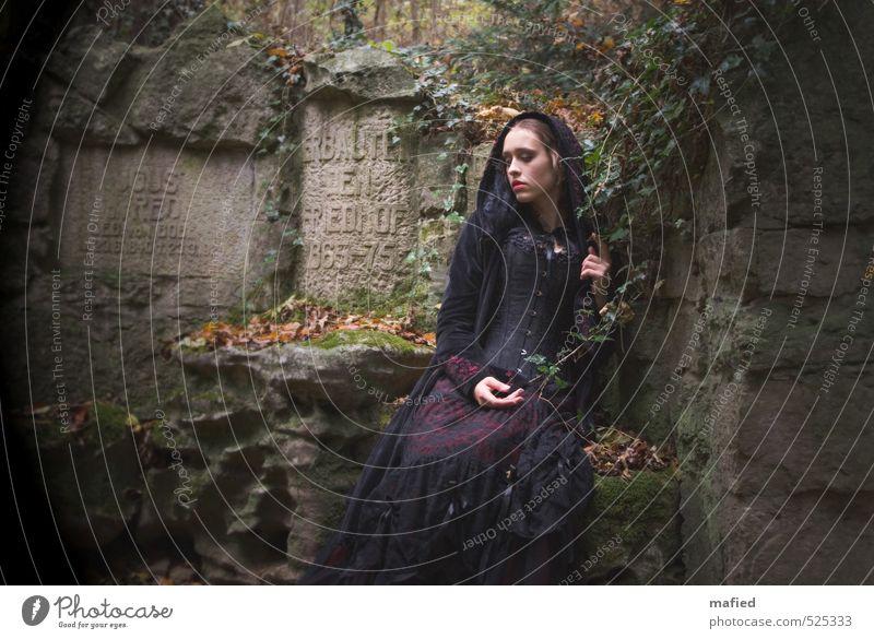 Dark Romantic Mensch Natur Jugendliche Einsamkeit Junge Frau Gefühle Traurigkeit Herbst Denken Stein Garten träumen Park Schriftzeichen Vergänglichkeit berühren