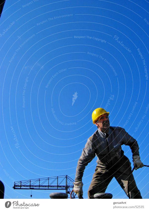 lose auf die vorspring Himmel Mann Kraft dreckig warten Arbeiter Seil beobachten festhalten Hafenarbeiter Konzentration hören entdecken Wachsamkeit Erdöl