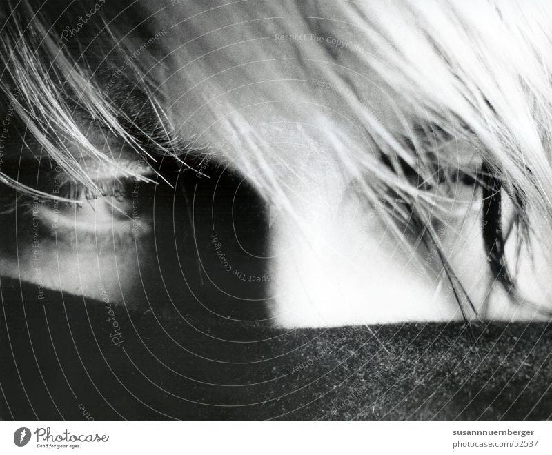 self-portrait Porträt Frau Schal blond verstecken Auge Schwarzweißfoto Haare & Frisuren Schatten Detailaufnahme