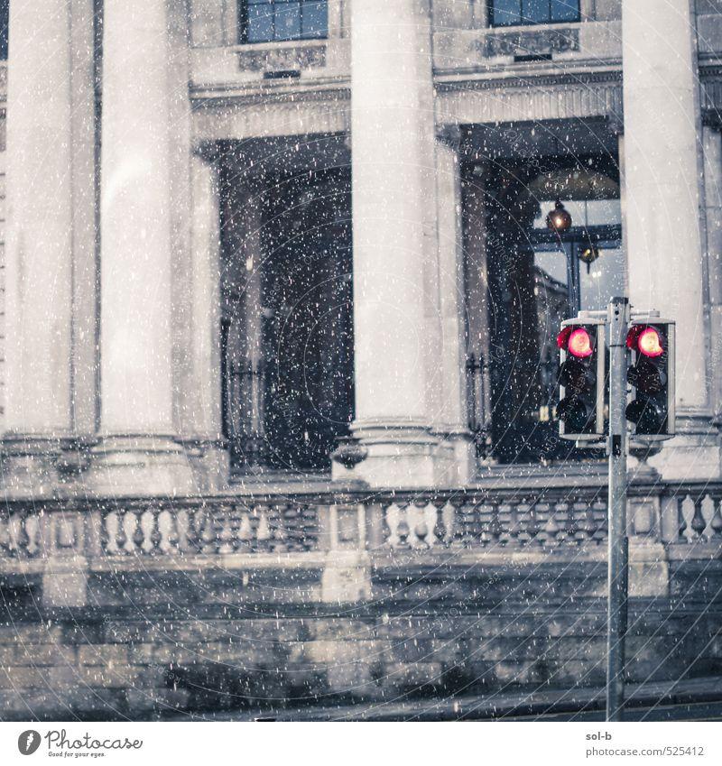 alt Stadt Fenster Wand Straße Mauer Architektur Gebäude Arbeit & Erwerbstätigkeit Regen Fassade Häusliches Leben trist warten nass stoppen