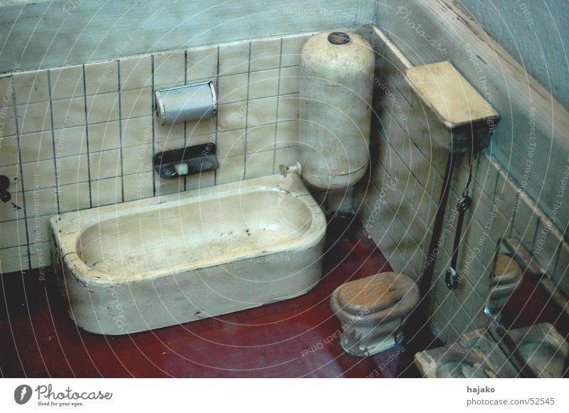 Keine Lust mehr auf das alte Bad Badewanne Kommode Spiegel rot Seifenhalter Toilette wasserkasten boiler Muster Fliesen u. Kacheln
