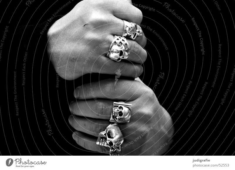 Hände Mensch Mann Hand weiß schwarz dunkel Kraft Erwachsene maskulin Finger Kreis Mut stark Schmuck Ring silber