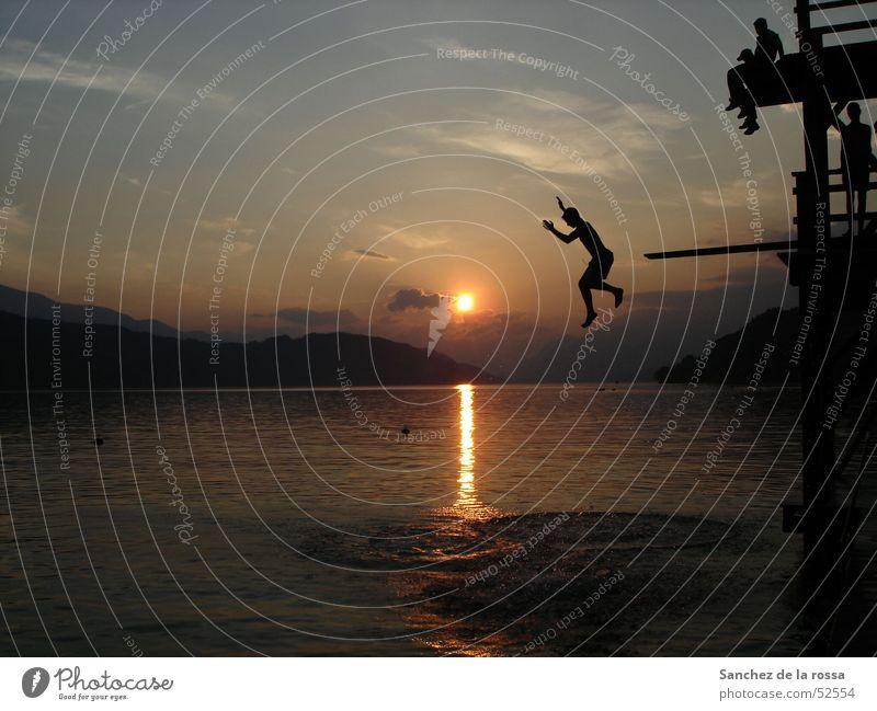 Sprung ins kalte Wasser II Sonnenuntergang See springen Wolken Himmel Berge u. Gebirge