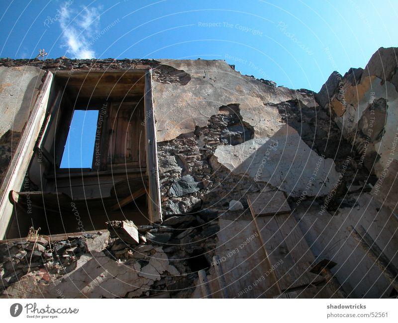 Gomerianische Hauswand Wand Fenster Loch Muster Wolken Licht Lichtspiel Weitwinkel Himmel Sonne Strukturen & Formen pattern Schatten Kontrast Zerstörung Armut