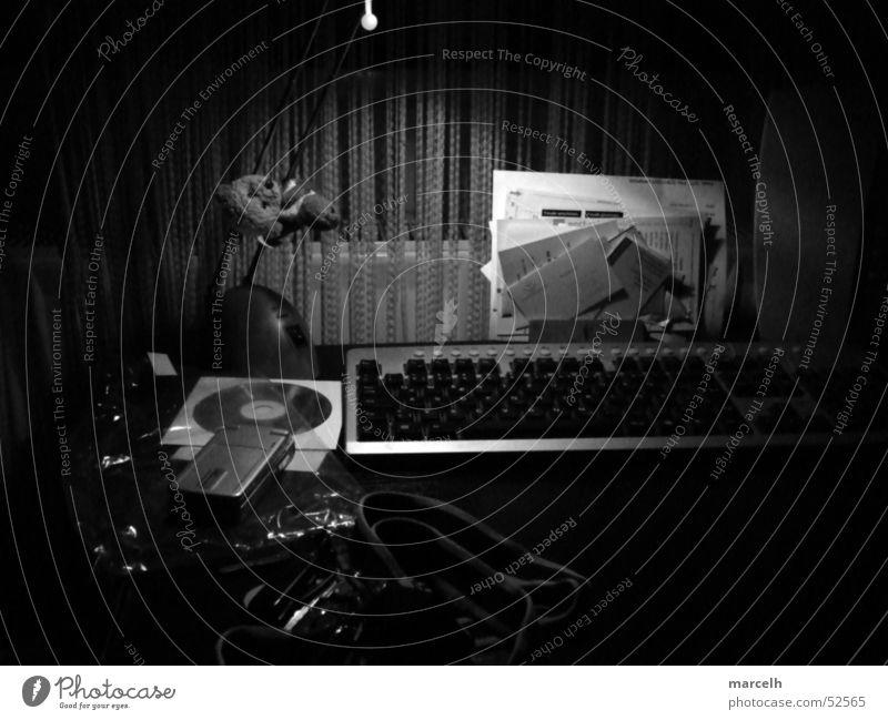 Unordnung in S/W Lampe Tisch Arbeit & Erwerbstätigkeit Fenster chaotisch Schreibtisch Compact Disc Schwarzweißfoto