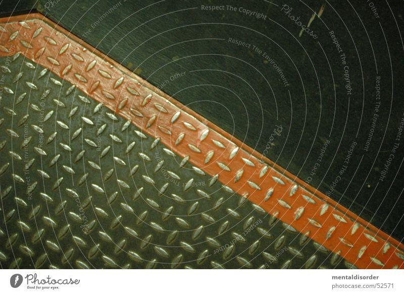 Vorsicht, eine Linie! rot Stahl gegen alt Gasometer Oberhausen Respekt Riffel rutschfest Bodenbelag Metall Industriefotografie Plattenbau