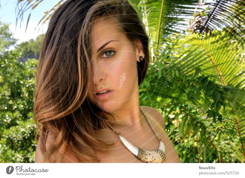 Leave an impression. Mensch feminin Junge Frau Jugendliche Erwachsene 1 13-18 Jahre Kind Accessoire Schmuck Halskette brünett langhaarig Scheitel Gefühle