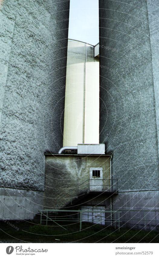eingeengt Silo Fabrik Mauer Beton Industriefotografie Tür Leiter Geländer alt Treppe