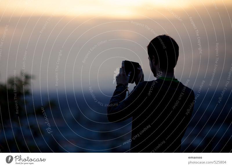 Mann macht Foto mit dem Smartphone vom Sonnenuntergang über Freiburg Lifestyle Stil Freude Freizeit & Hobby Ferien & Urlaub & Reisen Tourismus Ausflug