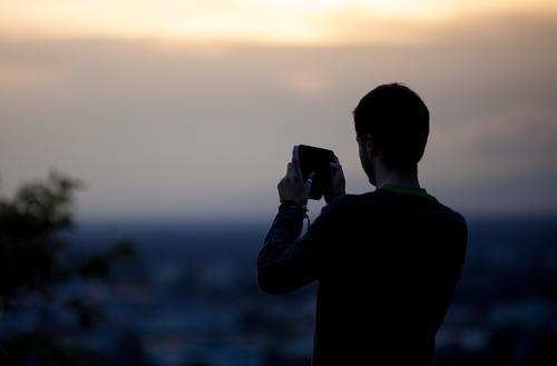 Telefonfoto Mensch Himmel Ferien & Urlaub & Reisen Mann Freude Erwachsene Stil Freizeit & Hobby Lifestyle Tourismus Ausflug Zukunft Technik & Technologie
