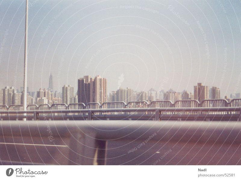 Roadtrip Shanghai Himmel Straße Freiheit Nebel Hochhaus hoch Geschwindigkeit fahren China Geländer Fernweh