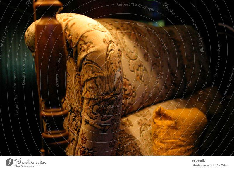 bei oma Stil Lampe Sofa Sessel Raum Wohnzimmer alt dunkel Klischee braun gelb Geborgenheit Romantik Langeweile Identität einzigartig Kitsch Nostalgie Tradition