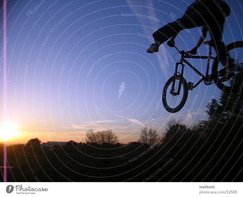 No Foot to Sundown Mountainbike Motorradfahrer Gelände Dirtjump springen Stil Trick Fahrrad Sonnenuntergang Abenddämmerung Dämmerung Silhouette Licht drehen