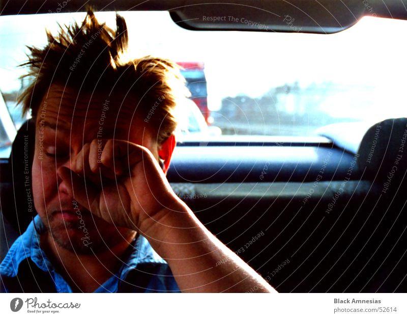 chef auf dem Rücksitz Auge Haare & Frisuren PKW fahren Autobahn Müdigkeit Verkehrsstau unordentlich genervt Juckreiz