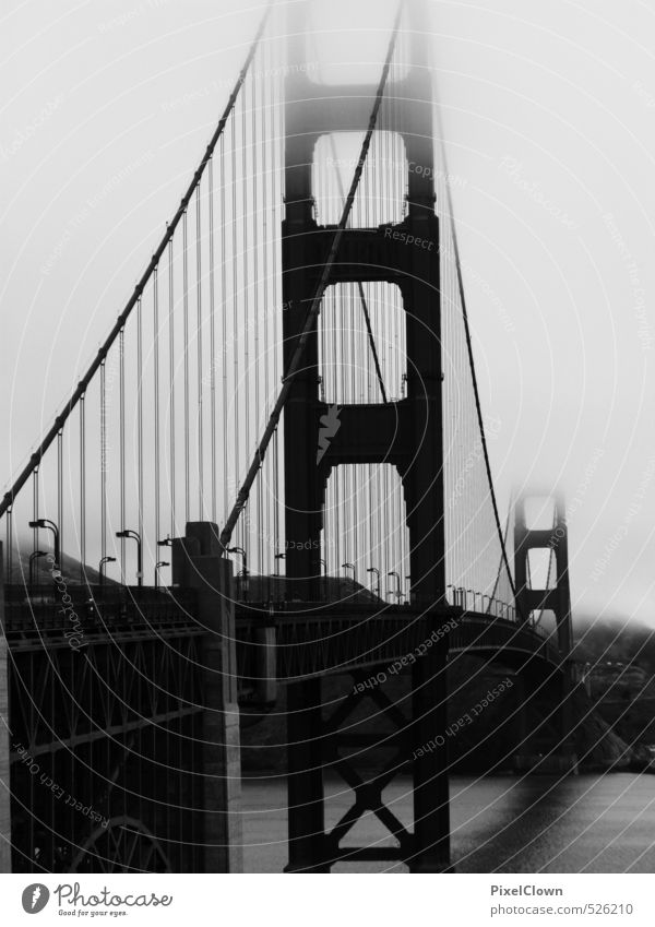 Golden Gate Bridge im Nebel Ferien & Urlaub & Reisen rot Wolken schwarz Ferne Freiheit träumen Tourismus Brücke Baustelle Bauwerk Schifffahrt Stahl Wahrzeichen
