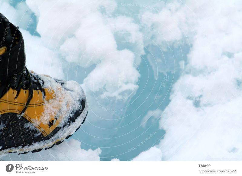 Ein langer Weg weiß blau Winter kalt Schnee Schuhe wandern unterwegs Bergwanderung Schneeschuhe