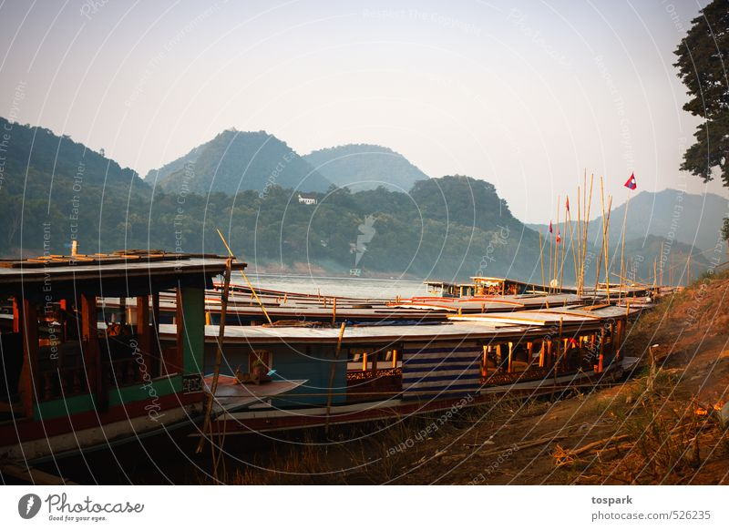 Boote am Mekong Ferien & Urlaub & Reisen Abenteuer Ferne Freiheit Sommer Umwelt Natur Landschaft Wasser Wald Hügel Fluss Luang Phabang Laos Asien Verkehrswege