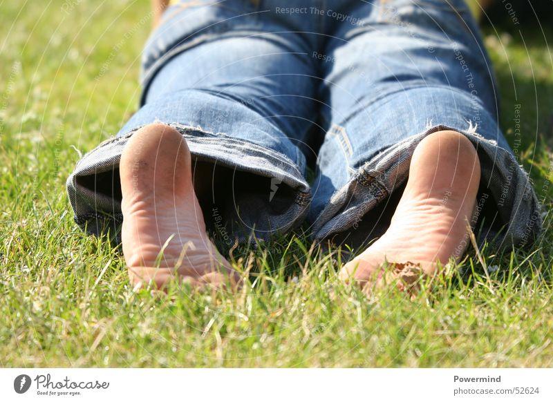 RelaxWithMe Wiese grün Physik Erholung ruhig Ferien & Urlaub & Reisen Freizeit & Hobby Rasen Wärme Sonne Fuß Jeanshose liegen Perspektive