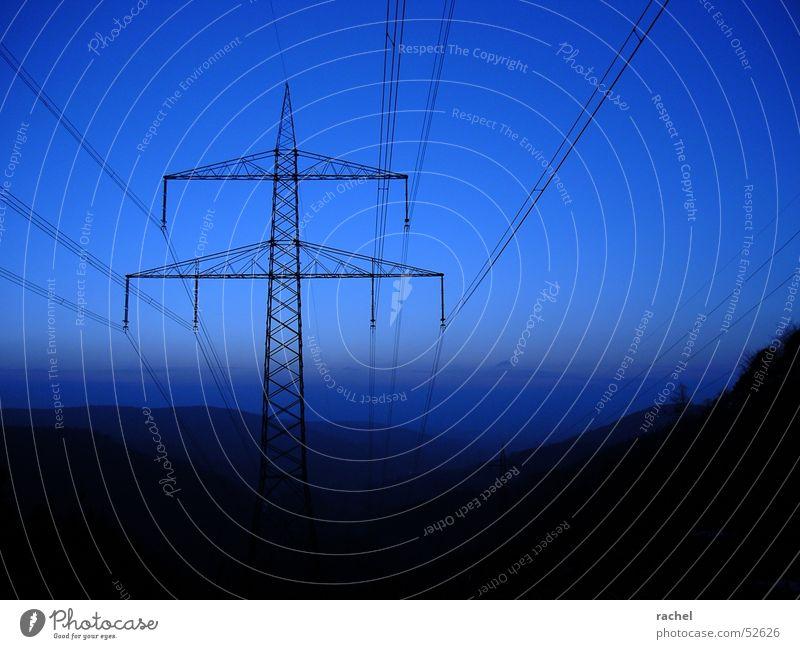 Blaue Stunde Dämmerung Horizont Wolken Hügel Strommast Landstraße ruhig Stimmung Sehnsucht träumen dunkel Kulisse Einsamkeit atmen harmonisch Erholung