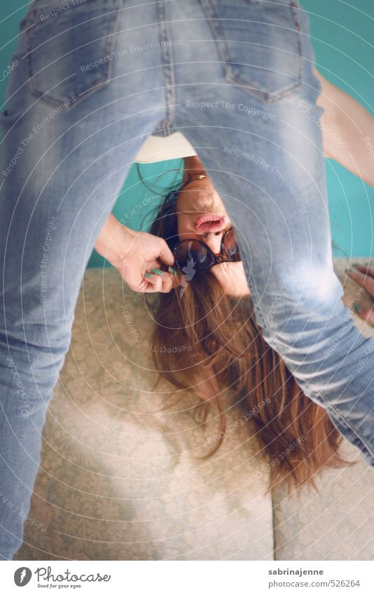 halsüberkopf Freude Freizeit & Hobby Mensch feminin Junge Frau Jugendliche Erwachsene 1 18-30 Jahre Jeanshose Sonnenbrille rothaarig langhaarig Coolness lustig