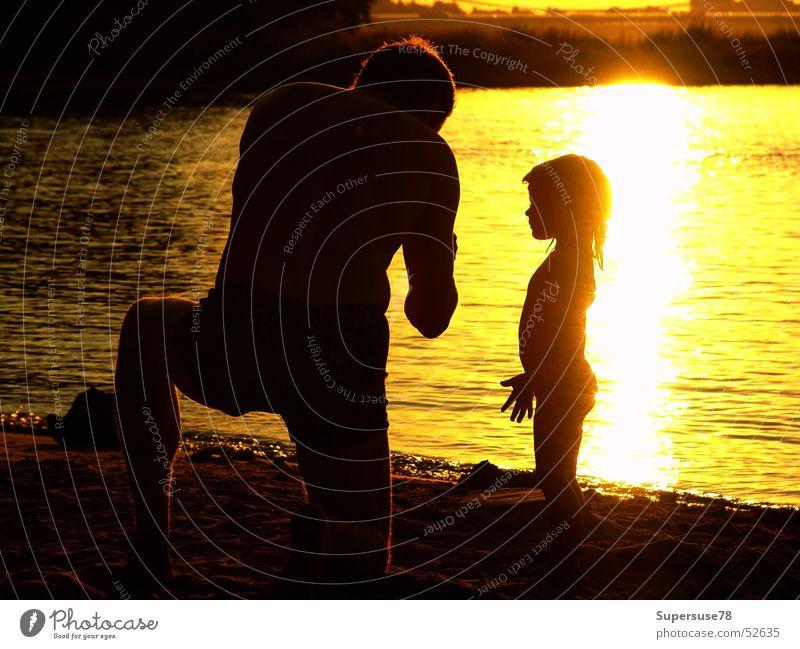 Am Fluß Vater Tochter Kind Mädchen Mann Sommer Strand Gegenlicht Familie & Verwandtschaft Sonne Wasser Abend Rhein Fluss Vatertag