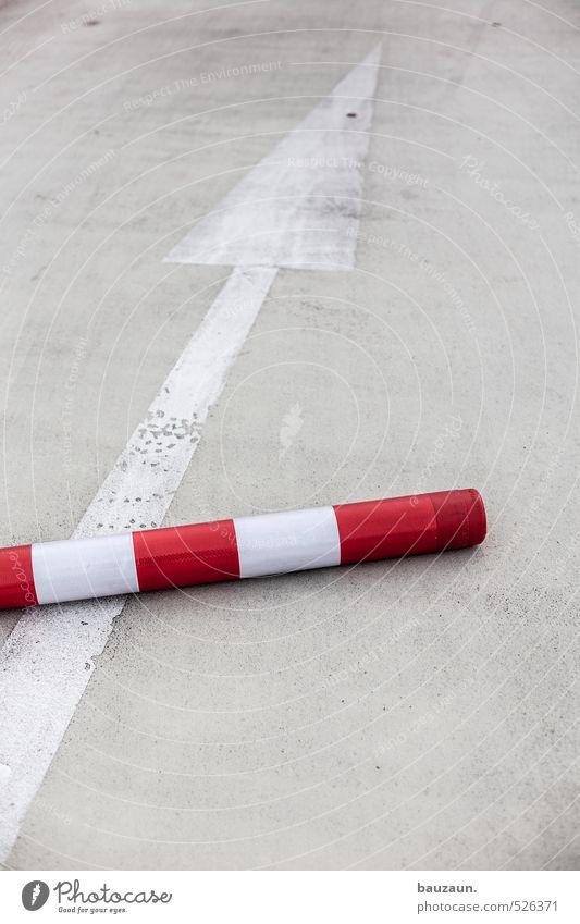 steil bergauf. Stadt weiß rot Straße Bewegung Wege & Pfade grau Kraft Verkehr Schilder & Markierungen Erfolg Perspektive Beton Zukunft Brücke Unendlichkeit