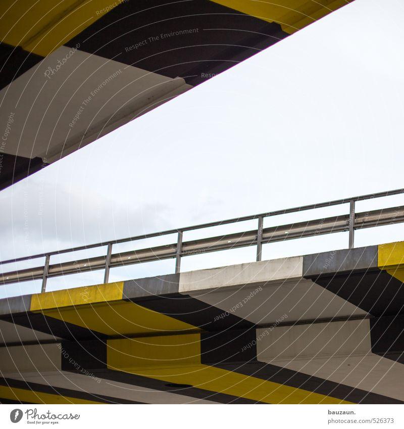 <. Himmel Stadt weiß Wolken schwarz gelb Straße Wege & Pfade Linie Metall Geschwindigkeit Beton Brücke Wandel & Veränderung Streifen Freundlichkeit