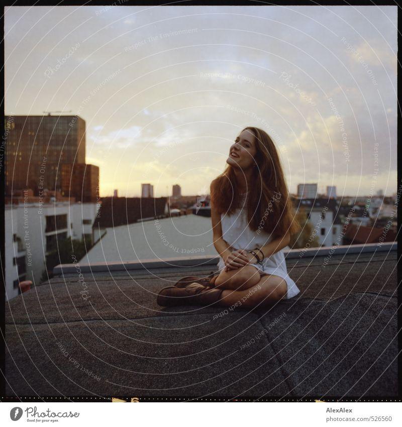 Hochherbst Junge Frau Jugendliche Haare & Frisuren Beine 18-30 Jahre Erwachsene Haus Hochhaus Dach Kleid Stiefel brünett langhaarig beobachten knien Lächeln
