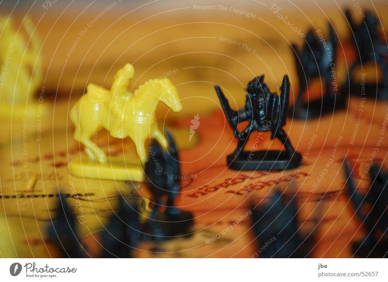 yellow vs. black gelb schwarz Soldat Kämpfer stark Spielen Gesellschaftsspiele Der Herr der Ringe kämpfen fight Ritter Reiter gefährlich risk lord of the rings