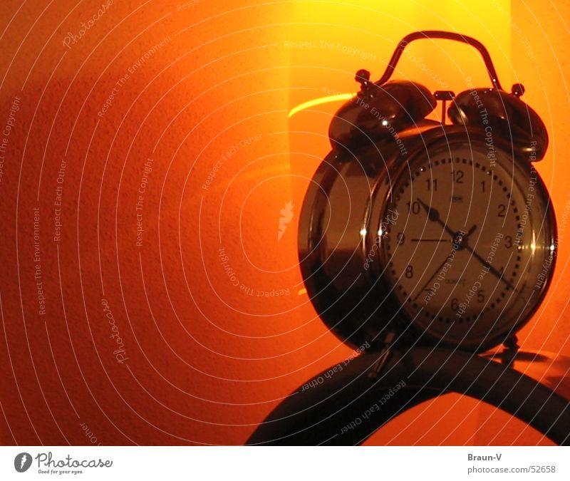 Wecker on Height Uhr gelb Licht Reflexion & Spiegelung Wand orange silber Uhrenzeiger Objektfotografie Freisteller Vor hellem Hintergrund Textfreiraum links