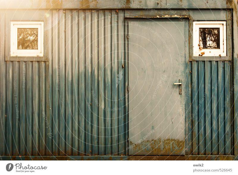 Altmetall Container Mauer Wand Fassade Fenster Tür Metall leuchten alt eckig einfach trashig trist Blech grau-blau Rost verfallen Zahn der Zeit Unbewohnt