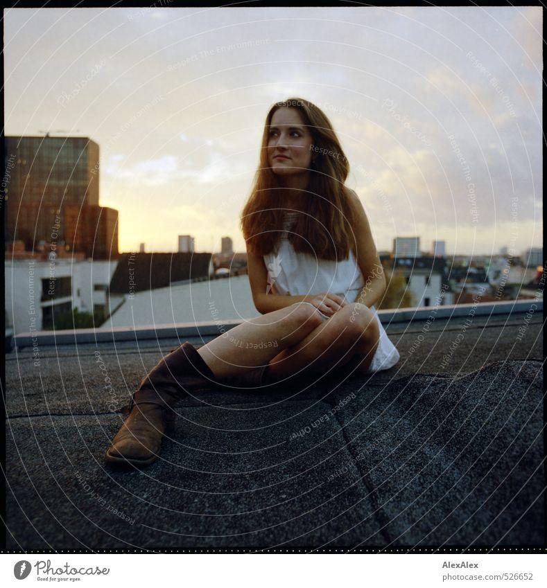 Hochsitz Junge Frau Jugendliche 18-30 Jahre Erwachsene Stadt Hochhaus Dach Kleid Stiefel brünett langhaarig Blick sitzen warten ästhetisch schön einzigartig