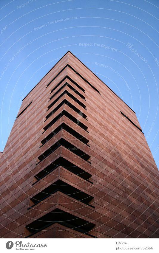 der etwas andere grenzturm Himmel blau Sonne Haus schwarz Fenster Wand Mauer Stein braun modern Ecke Turm Dach Treppenhaus