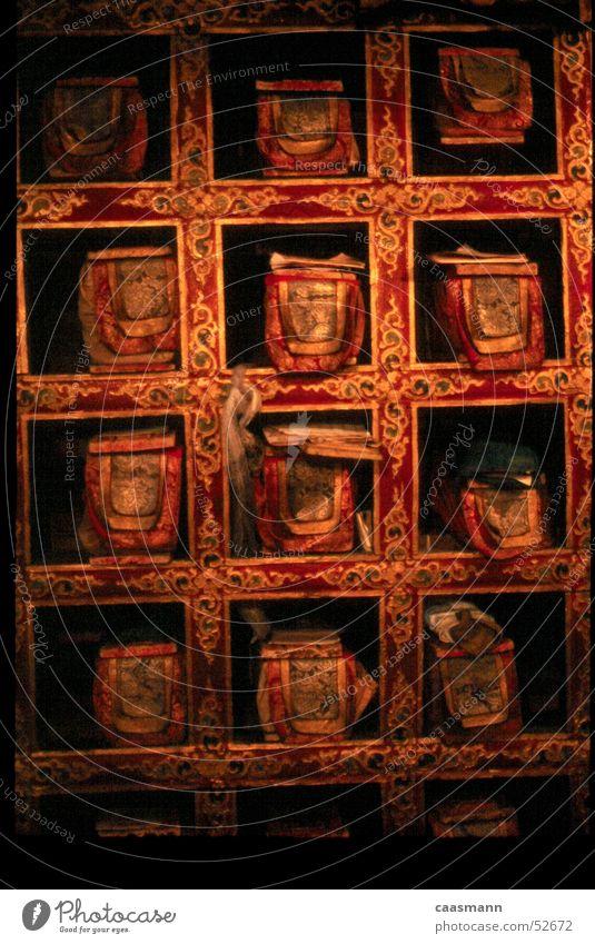 Buddhistische Bücherei Buch mehrfarbig Stoff historisch Indien Ladakh Tempel Regal besinnlich Spiritualität ruhig Buddhismus Bibliothek antiquarisch alt