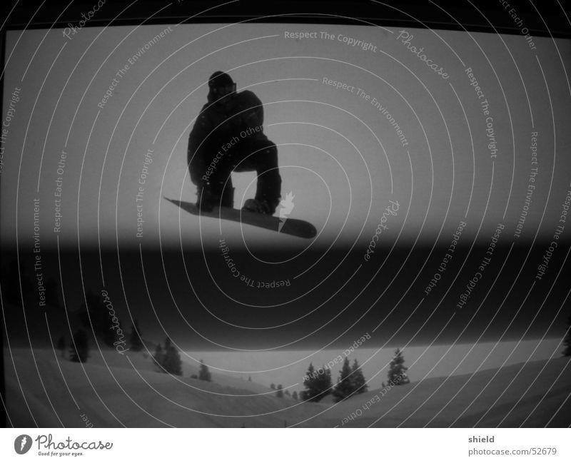 fs nosebone aufm monitor Snowboard springen Bildschirm Snowboarder Snowboarding Freestyle Winter talentiert Streifen dunkel Schwarzweißfoto Silhouette Schnee