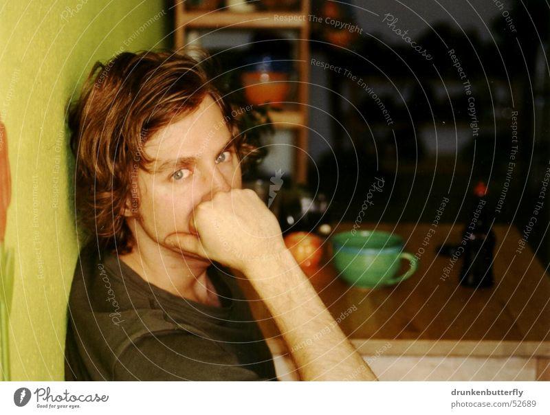 Micha Küche Tisch Wand Regal Tasse Porträt grün Physik Denken Mensch Gesicht Arme Auge Wärme nachdenken Blick Mann