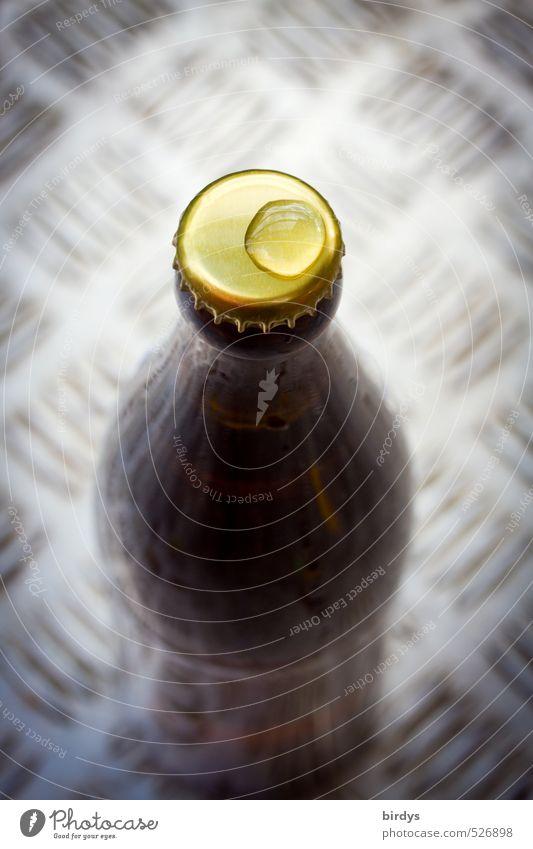 draußen Wasser - drinnen Bier Wassertropfen Bierflasche Kronkorken Metall ästhetisch Flüssigkeit frisch positiv standhaft Durst Kreativität Muster Farbfoto