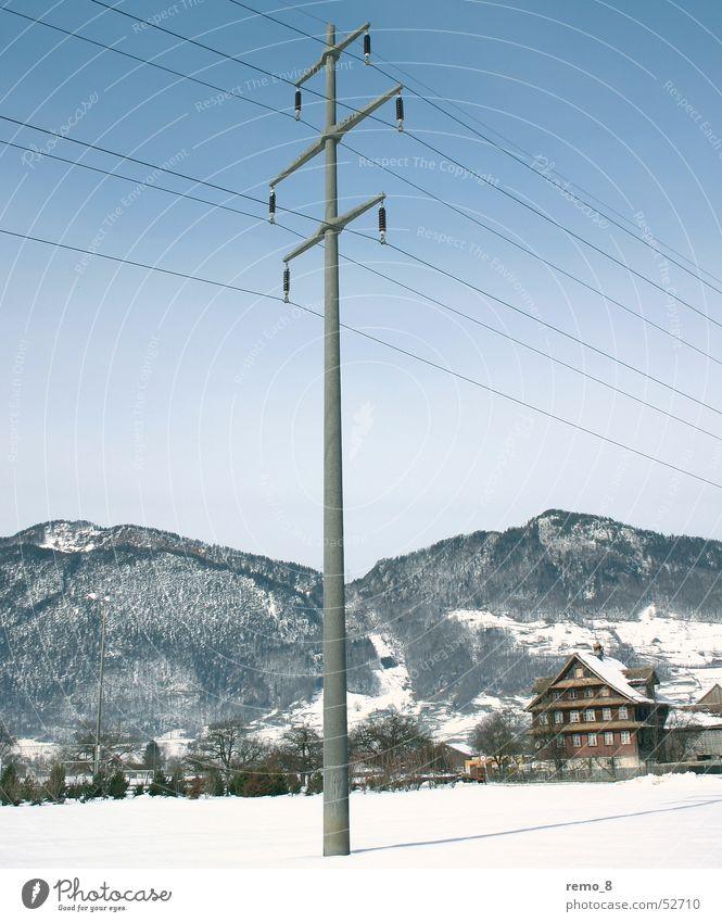Strommasten_im_Schnee Elektrizität Kraft Leitung Streifen landscape snow Idylle electricity Landschaft Berge u. Gebirge mountains blau