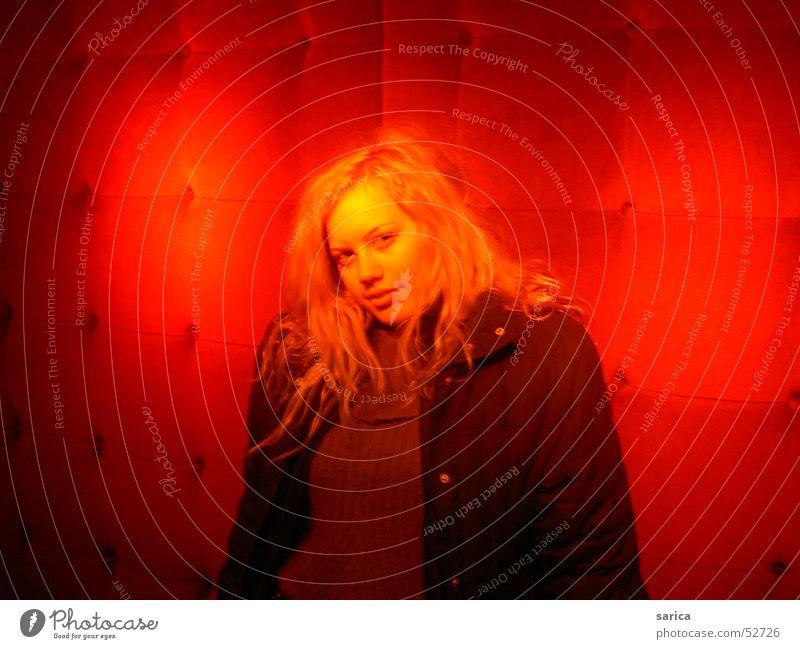 red room Raum Frau rotten woman lost face sun secret
