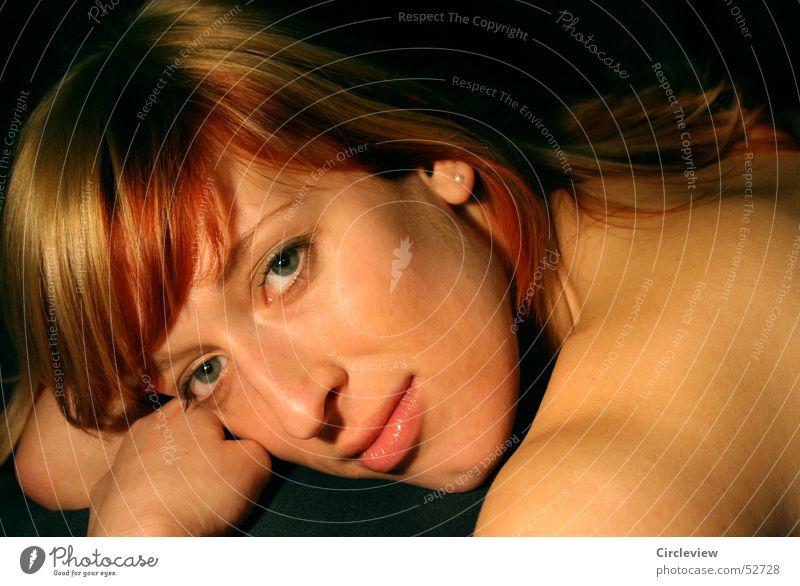Augenblick Frau Gesicht Auge lachen Haare & Frisuren Kopf Mund Nase Ohr Sehnsucht grinsen Ohrringe