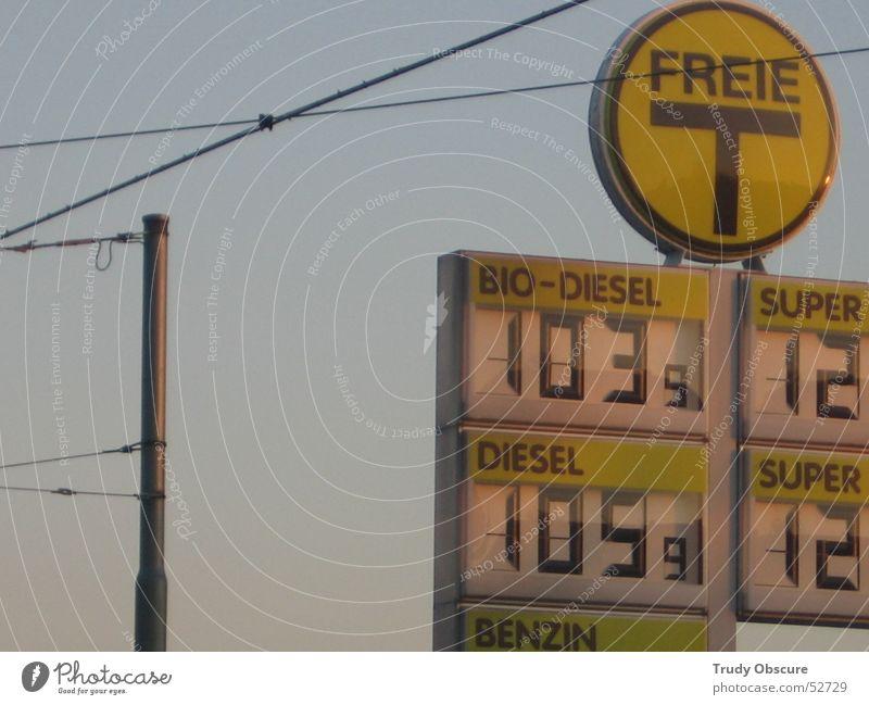 >T< Himmel blau gelb Schilder & Markierungen Kabel Ziffern & Zahlen Strommast Bioprodukte Prima Benzin Preisschild Tankstelle Diesel Liter