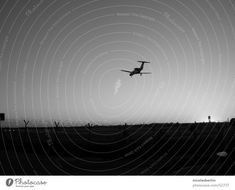 Landing Nowhere - Tempelhof Tourismus Ausflug Freiheit Sommerurlaub Luftverkehr Himmel Klima Klimawandel Menschenleer Platz Flughafen Wahrzeichen Flugzeug