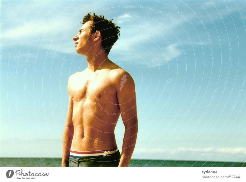 Sonnenkind Mensch Mann Himmel Sonne Meer Sommer Strand Ferien & Urlaub & Reisen Stil Körper nass Schwimmen & Baden Gesichtsausdruck Ostsee blenden trocknen