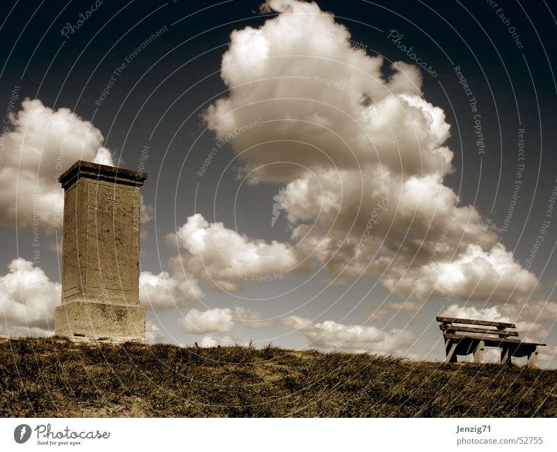 Gewaltig still. Wolken Denkmal Schlacht Kriegsschauplatz Herbst Wiese ruhig Stein Bank gedenkstein napoleonstein Jena Himmel