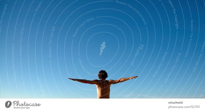 kann ich fliegen Mensch Mann Himmel blau Einsamkeit Ferne Luft Vogel Körper Arme fliegen frei Unendlichkeit Segeln