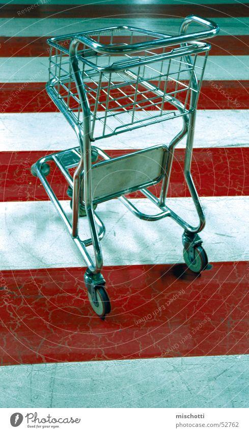 nu wed Gepäck Wagen Zebrastreifen Streifen rot weiß Chrom Parkhaus parken Ferien & Urlaub & Reisen fahren Güterverkehr & Logistik silber Straße fliegen