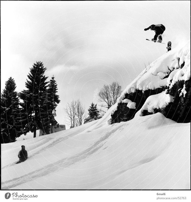 Ein Chaot! Winter Snowboard Wintersport weiß springen Felsen Schnee Sport Snowboarder Snowboarding Freestyle Pulverschnee Tiefschnee Abheben Mut Felsvorsprung